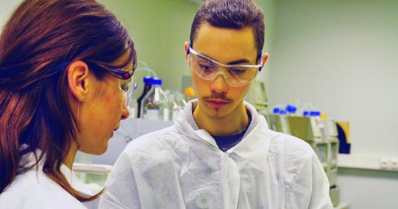 """Kārsavas vidusskolas skolnieks Ludvigs Špeļkovs iepazīstas ar ķīmiķa-analītiķa profesiju AS """"Grindeks"""""""