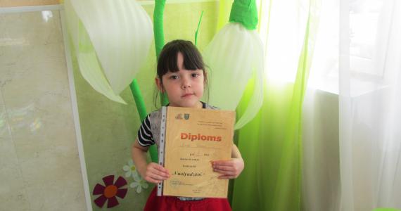 """Mežvidu bērnudārza skolniece Laine Dzene izcīna 1. vietu skatuves runas konkursā """"Volyudzāni"""""""