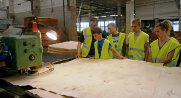 Skolēni klātienē izpēta, kā tiek ražots finiera saplāksnis
