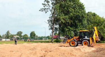 Kārsavas stadionā norit darbi pie divu pludmales volejbola laukumu izveides