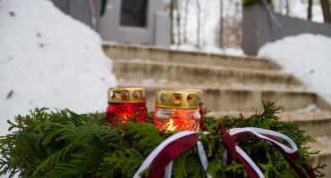 Lāčplēša dienai veltīts piemiņas brīdis Bozovas Brāļu kapos