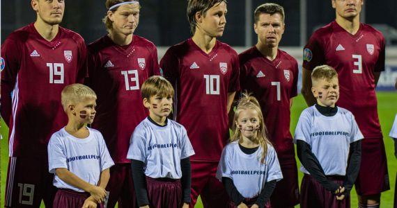 Kārsavas novada jaunās futbolistes kļūst par spēlētāju pavadonēm