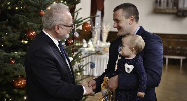 Daudzbērnu ģimenes kopā ar Valsts prezidentu iededz Ziemassvētku egli