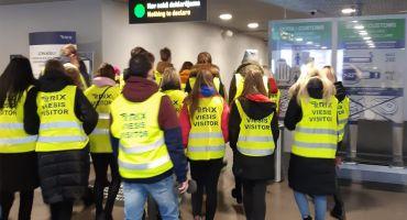 """Kārsavas vidusskolas 10.-12.klašu skolēni iepazīst darba vidi un profesijas lidostā """"Rīga,"""" apmeklē izglītības izstādi """"Skola 2020."""""""
