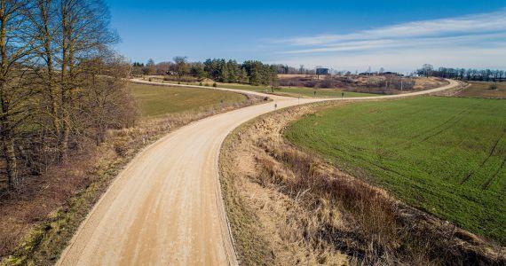 LAU braukšanas apstākļu uzlabošanai uz grants autoceļiem ir veicis greiderēšanu vairāk nekā 40 000 km garumā