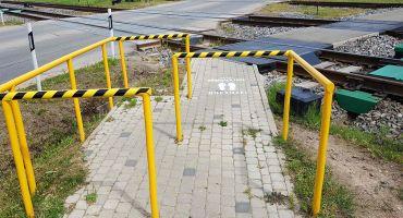 """""""Latvijas dzelzceļš"""" izvietojis 100 jaunas brīdinājuma zīmes pie dzelzceļa gājēju pārejām visā Latvijā"""