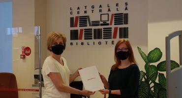 Daugavpils iesniedz  Eiropas kultūras galvaspilsētas pieteikumu un pirmo pieteikuma grāmatas eksemplāru dāvina bibliotēkai